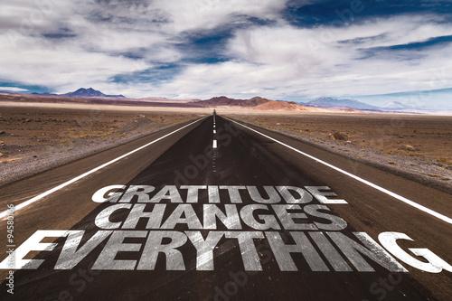 Fotografia  Gratitude Changes Everything written on desert road