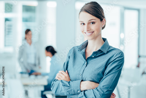 Photo  Smiling female office worker portrait