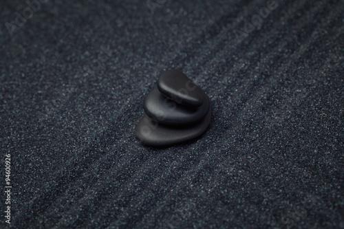 Photo sur Plexiglas Zen pierres a sable Black pebbles on a raked sand