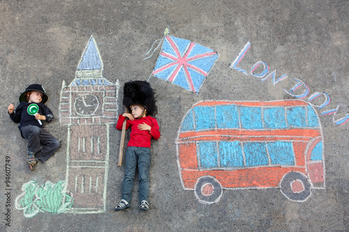 Türaufkleber London roten bus Two little kids with London picture drawing with chalks