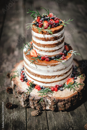 Zdjęcie XXL tort weselny w stylu rustykalnym z jagodami