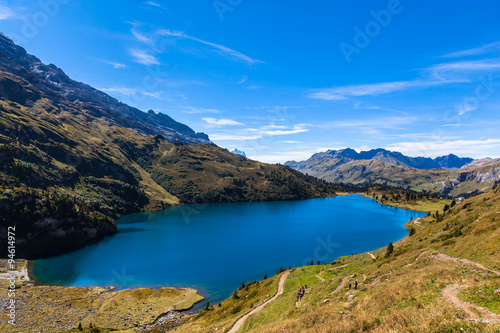 In de dag Zuid-Amerika land Aerial view of Engstlensee lake and the Alps