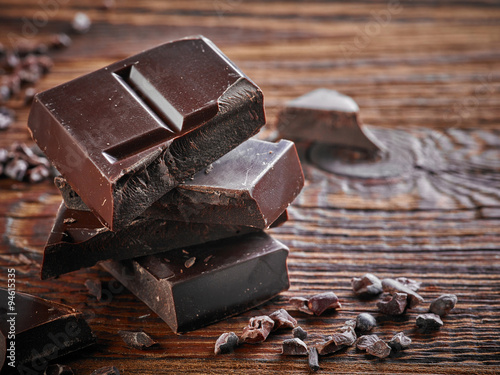 Natural dark chocolate pieces