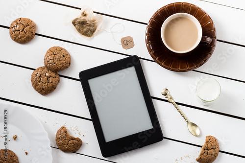 Fotografía Eating and E-Reading