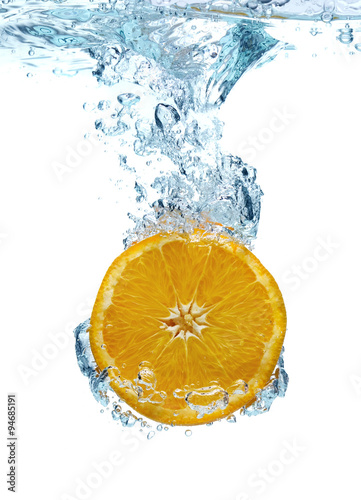 pomaranczowy-w-wodzie