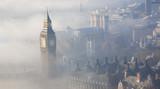 Fototapeta Londyn - Heavy fog hits London