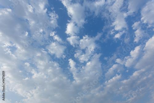 niesamowity-widok-na-niebo-z-pieknymi-chmurami