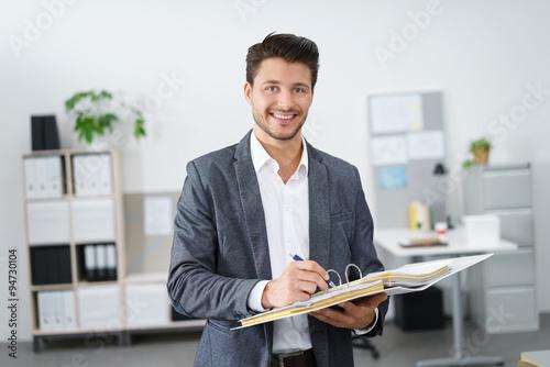 Photo sympathischer jurist mit einem ordner in der hand