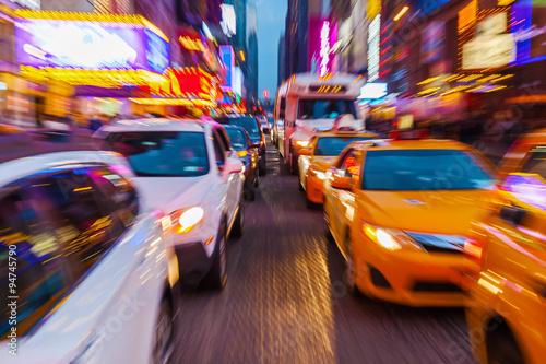 Poster New York TAXI Bild mit kreativem Zoomeffekt vom Straßenverkehr im nächtlichen Manhattan, New York City