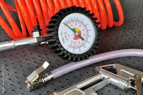 Pistola con manometro per pressione pneumatici Wallpaper Mural