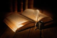 Libro Antico Con Penna E Calamaio