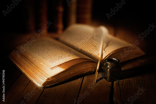 Fototapeta libro antico con penna e calamaio