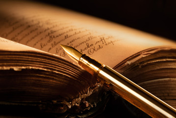 penna stilografica con libro antico