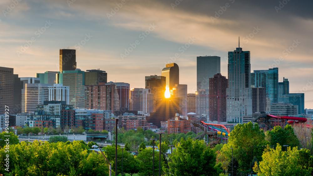 Fototapeta Sunrise peeks through the skyline of Denver
