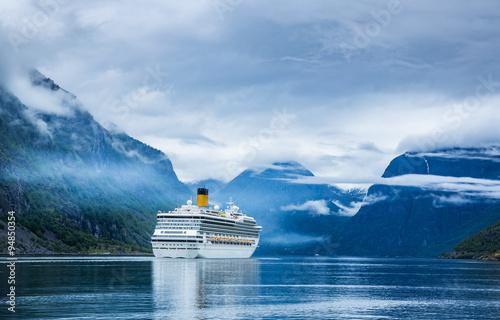 Fotografía  Cruise Liners On Hardanger fjorden