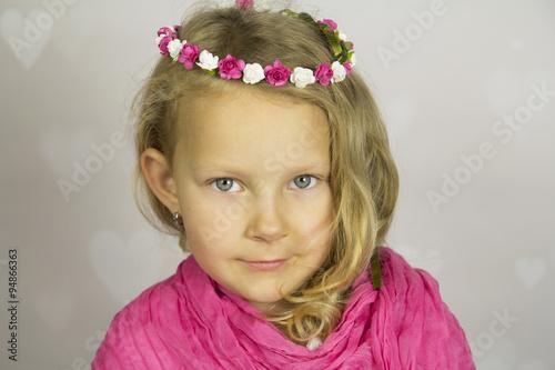 Piękna dziewczynka z różyczkami we włosach - fototapety na wymiar