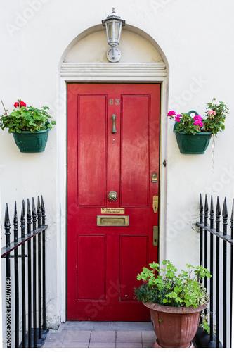 angielskie-czerwone-drzwi-z-kwiatami