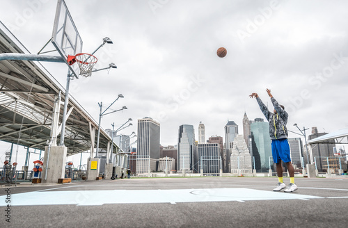 Photo  Basketball player training shots on the court