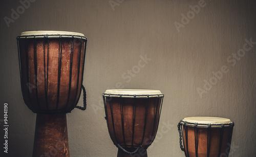 trzy-drewniane-djembes