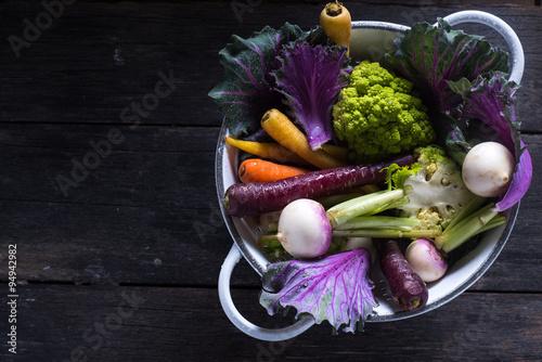 swieze-warzywa-w-rustykalnym-durszlaku-na-ciemnym-stole