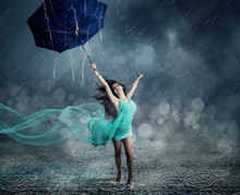 Junge Frau Im Abendkleid Tanzt Im Regen