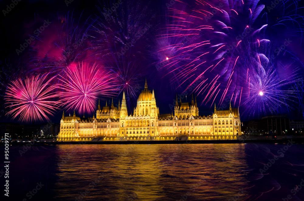 Fényképezés  Fireworks and Hungarian parliament, Budapest