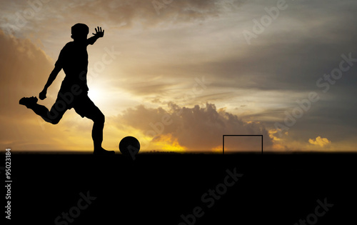 Photo  silhouette of a player shooting football on goal at the outdoor