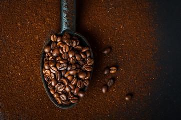 Chicchi di caffè e caffè macinato