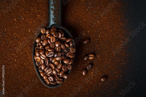 Deurstickers koffiebar Chicchi di caffè e caffè macinato