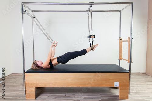 Fotografie, Obraz  Pilates aerobní instruktor žena v Cadillac fitness cvičení