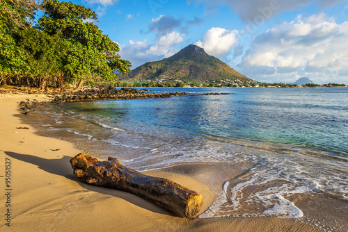 Fototapeta Skalnaté a písečné pobřeží v Tamarin Bay, Mauricius
