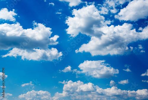 biale-chmury-w-blekitne-niebo