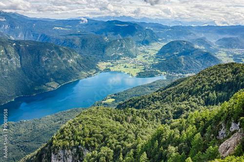piekne-jezioro-bohinj-otoczone-gorami