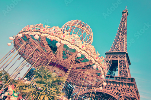 Papiers peints Paris Vintage merry-go-round and the Eiffel tower, Paris France