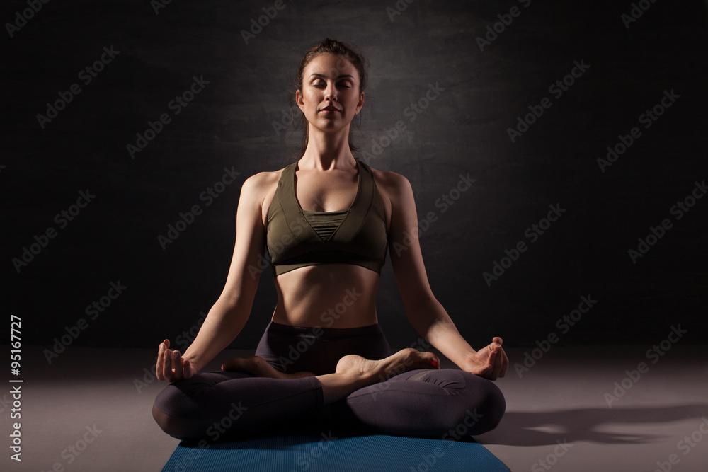 Altere Frau Praktizieren Yoga Auf Dem Boden Foto Poster Wandbilder