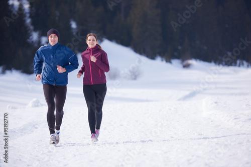 Papiers peints Glisse hiver couple jogging outside on snow