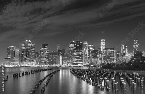 Poster Chicago Black and white photo of Manhattan waterfront at night, NYC, USA