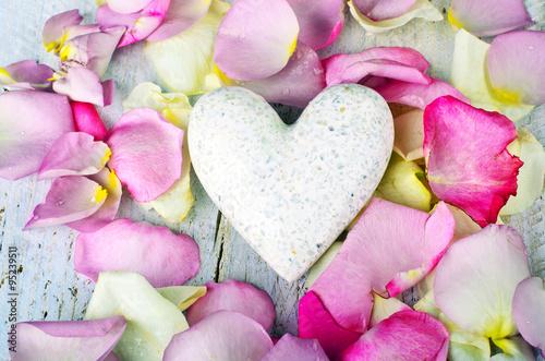 biale-serce-otoczone-rozowymi-i-zoltymi-platkami-roz-milosc