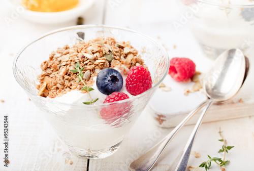 In de dag Buffet, Bar Healthy breakfast. Granola with pumpkin seeds, honey, yogurt, fresh berries .