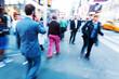 Geschäftsmann in der Stadt untterwegs in Bewegungsunschärfe