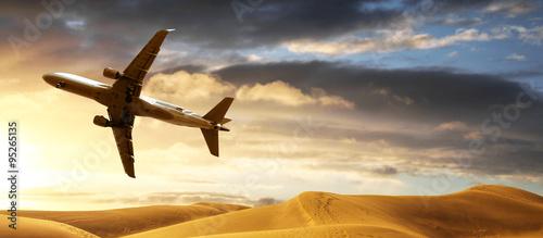 Fotografía  aereo che sorvola deserto