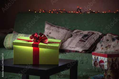 Tavolino Salotto Verde : Scatola regalo verde con fiocco rosso sul tavolino del salotto