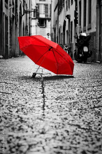 czerwony-parasol-na-brukowiec-ulicie-w-starym-miasteczku