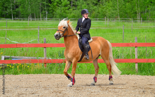 Tuinposter Paardensport Woman horseback riding on riding arena