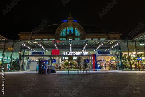 Fotografía  Nachtaufnahme des Bahnhofes in Halle Saale