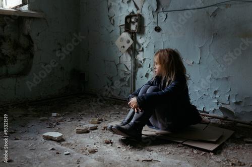 Papel de parede Hopeless girl sitting on the floor