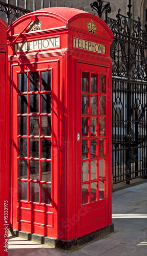 Poster Rouge, noir, blanc Red telephone box in London
