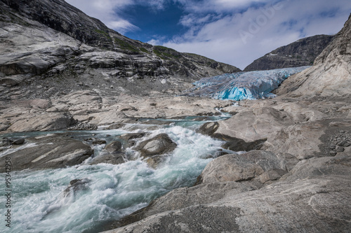 Poster Glaciers Blauer Gletscher mit Fluss Nigardsbreen in Norwegen