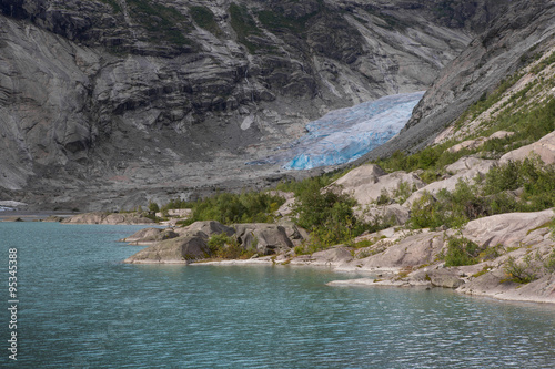 Fotobehang Gletsjers Blauer Gletscher mit See Nigardsbreen in Norwegen