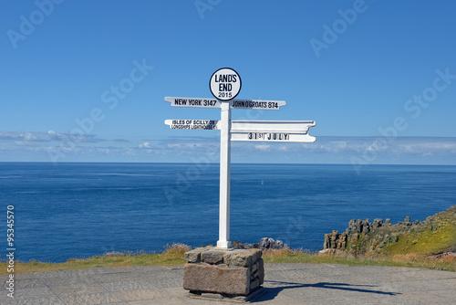Fotografía  distance signpost at Land's End, Penwith Peninsula, Cornwall, England